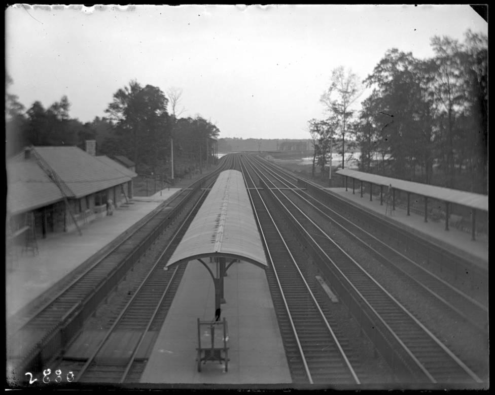 Unidentified_railroad_station_Pelham_Bay_Park.jpg